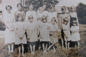 Vida Fellows (at center, holding baby) and 13 of her 14 children in 1935. Winfred is second from right in the back row; Oliver is third from right in the front row. Photo courtesy of the Fellows family.